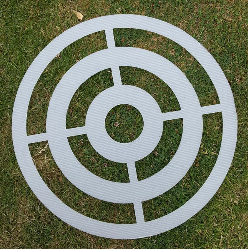 Plastic template to spray paint your knife throwing target.