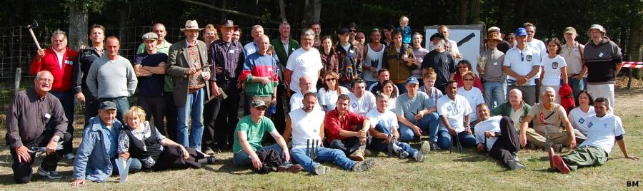 Group photo with all the knife flinging EuroThrowers in Villeflambeau 2009. Click for larger picture.